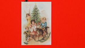 Weihnachtsanhänger schaukelnde Kinder